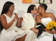 La primera boda. Mis amigas Yolanda Arroyo y Zulma Oliveras son las primeras en casarse en Puerto Rico. En la foto con su hija Aurora.