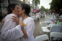 Nos encanta esta foto de la Boda Masiva celebrada en Puerto Rico, luego de que la Corte Suprema decretara y reconociera la legalidad del matrimonio entre homosexuales. Boda Masiva http://www.nacion.com/mundo/latinoamerica/parejas-homosexuales-masiva-Puerto-Rico_0_1506249471.html#