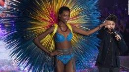 María Borges, la primera modelo en salir en la pasarela de Victoria Secret con su cabello natural. http://www.tn8.tv/tendencias/224345-modelo-hace-historia-con-su-afro-en-el-desfile-de-victorias-secret/